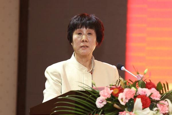 301net副会长兼秘书长向书兰宣读 《陕西省建设工程企业坚决打赢脱贫攻坚战倡议书》