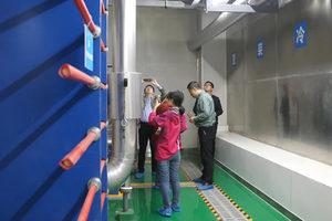 参会代表对中建三局集团有限企业承建的中国人寿陕西省分企业综合楼项目进行参观