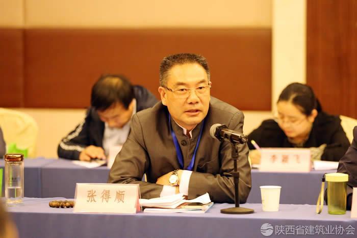 汉中市建筑业协会办公室主任兼副秘书长张得顺发表讲话.jpg