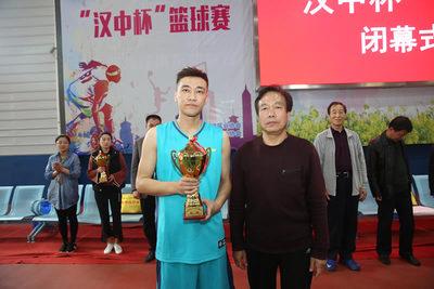 商洛市建筑业协会会长王志全 为亚军汉中市建筑业协会代表队颁奖