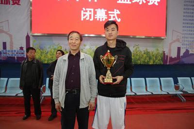 省建筑业协会会长许龙发 为冠军渭南市建筑业协会代表队颁奖