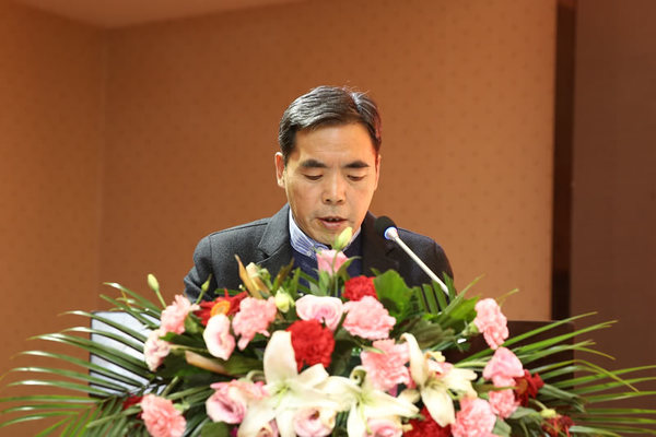 延安市住房和城乡建设局副局长曹毅 作题为《全面实施农村危房改造 助力打赢脱贫攻坚战》的经验交流