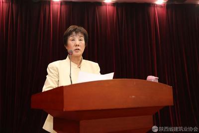 陕西省建筑业协会副会长兼秘书长向书兰主持会议