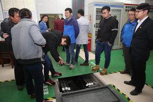 参会代表对陕建五建集团承建的西安西藏大厦项目进行参观